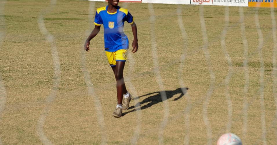 Lucas Tobias Venerando tem 11 anos e costuma ver DVDs com jogadas de Pelé antes de treinar