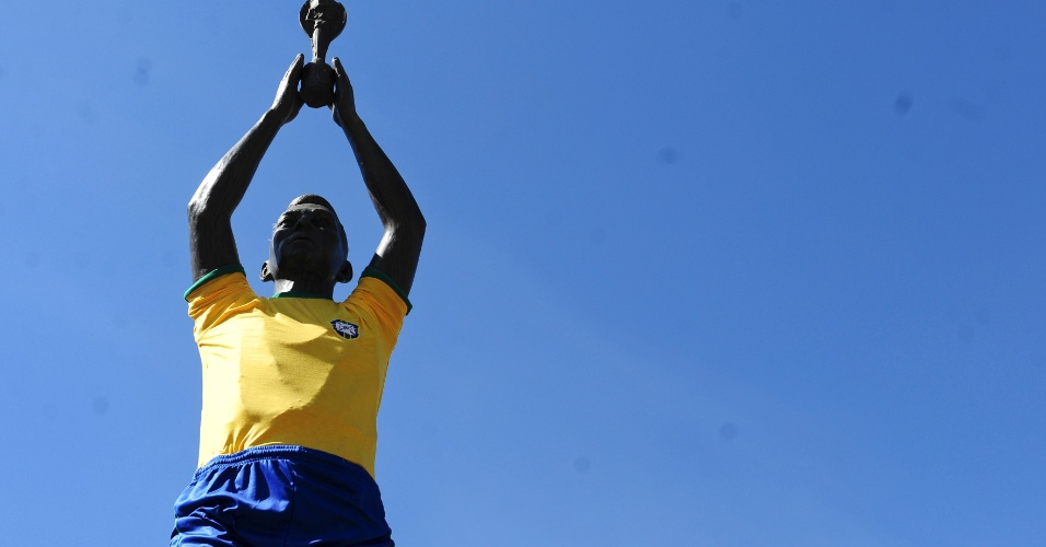 Estátua de Pelé em praça de Três Corações foi decorada especialmente para a Copa do Mundo