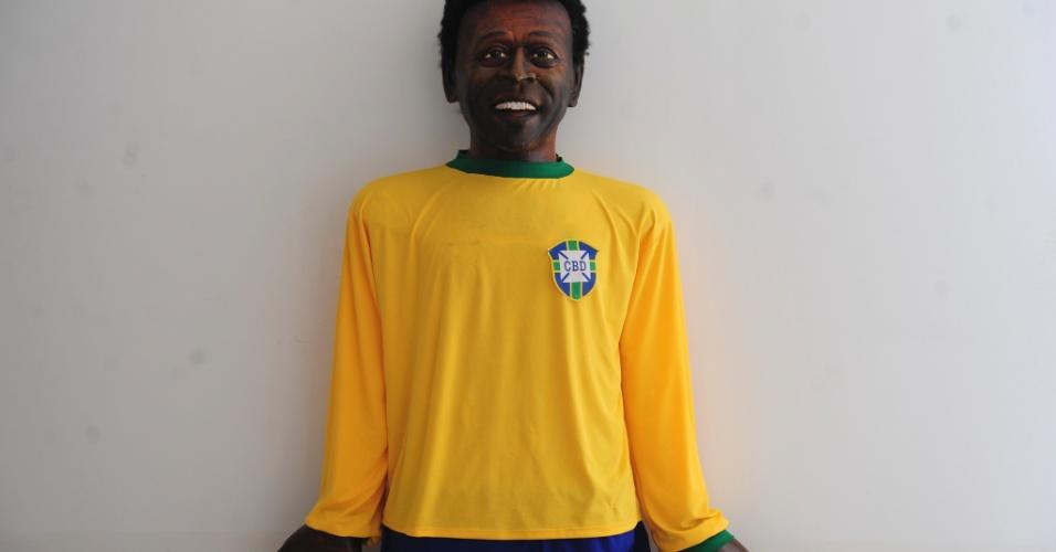 Imagem de um boneco gigante de Pelé, em sala da Câmara de Vereadores de Três Corações