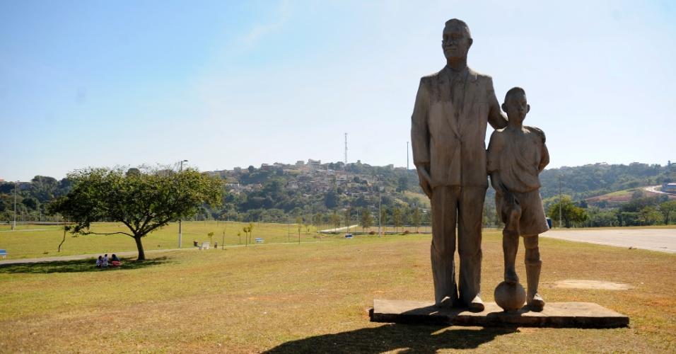 Três Corações conta com o Parque Dondinho, em homenagem ao pai de Pelé - na entrada, pai e filho abraçados