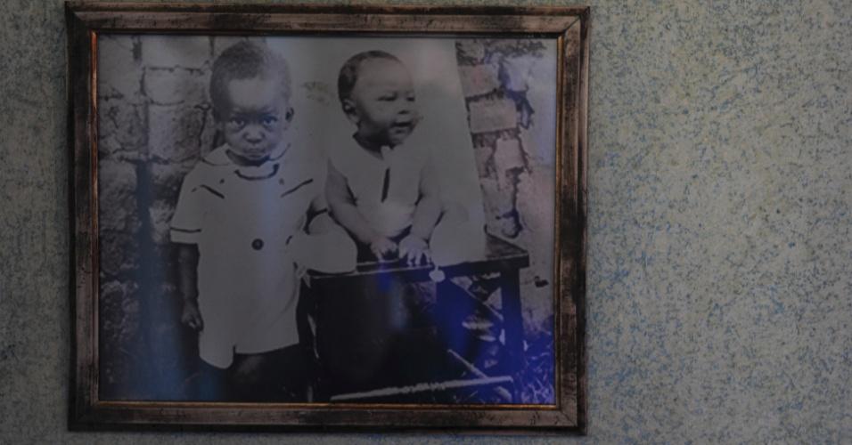 Imagem do menino Edson Arantes do Nascimento em uma das paredes da Casa Pelé, em Três Corações