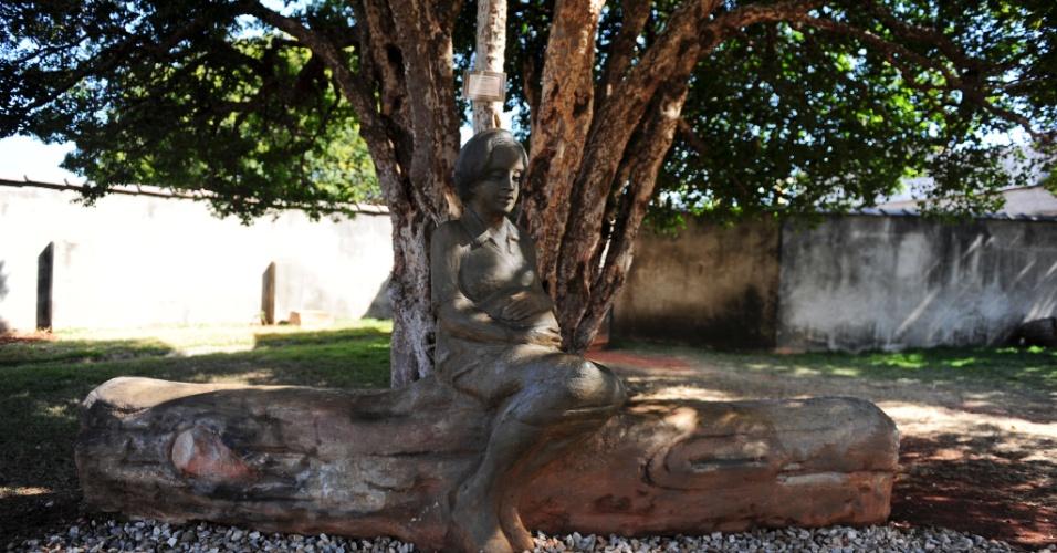 Área externa da Casa Pelé conta com uma estátua de Dona Celeste, grávida, esperando o filho Edson