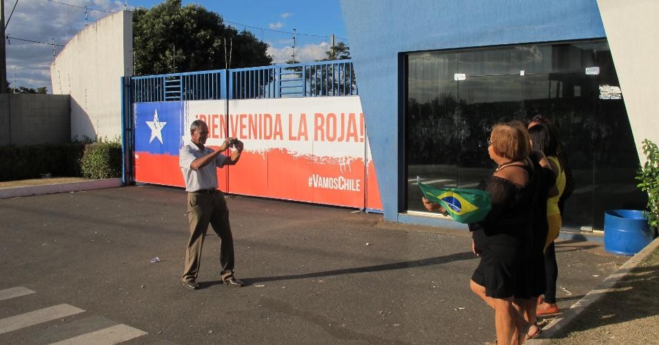 Turistas tiram foto na toca da Raposa, local em que o Chile treinou em Belo Horizonte