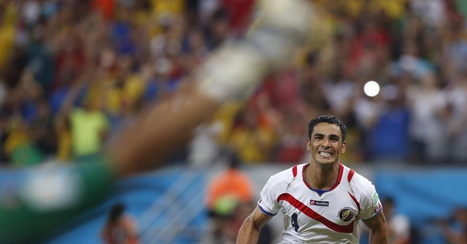 Umana corre em direção ao goleiro Navas após garantir a classificação da Costa Rica sobre a Grécia, nos pênaltis, para as quartas da Copa