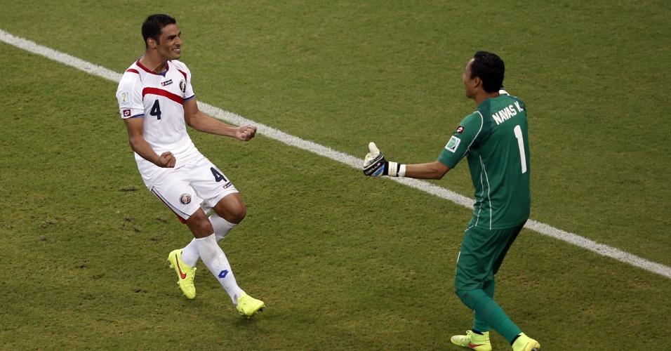 Umana corre para abraçar o goleiro Navas após converter sua cobrança de pênalti e garantir a vitória da Costa Rica sobre a Grécia