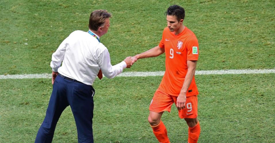 Van Gaal cumprimenta um desanimado Van Persie, após substituir o atacante em partida contra o México