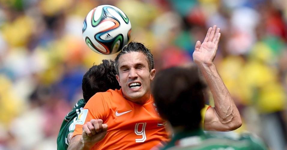 Van Persie enfrenta forte marcação da zaga do México durante partida na Arena Castelão
