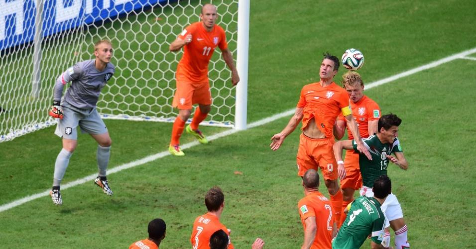 Van Persie sobe no alto para afastar perigo da área da Holanda após escanteio do México