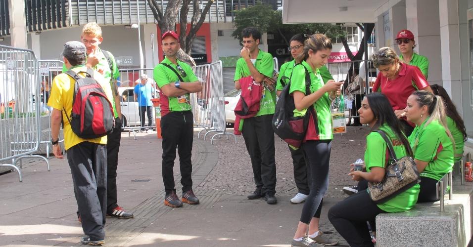 Voluntários da prefeitura e BH esperam movimentação na Savassi em dia sem Copa na cidade