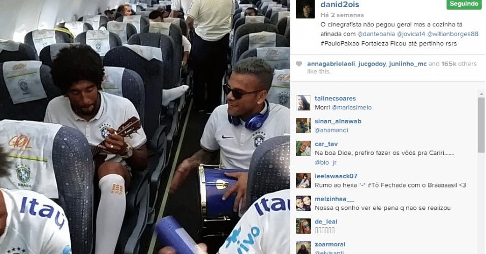 15.jun.2014 - Já no avião, Daniel Alves e Dante agitaram uma roda roda de pagode