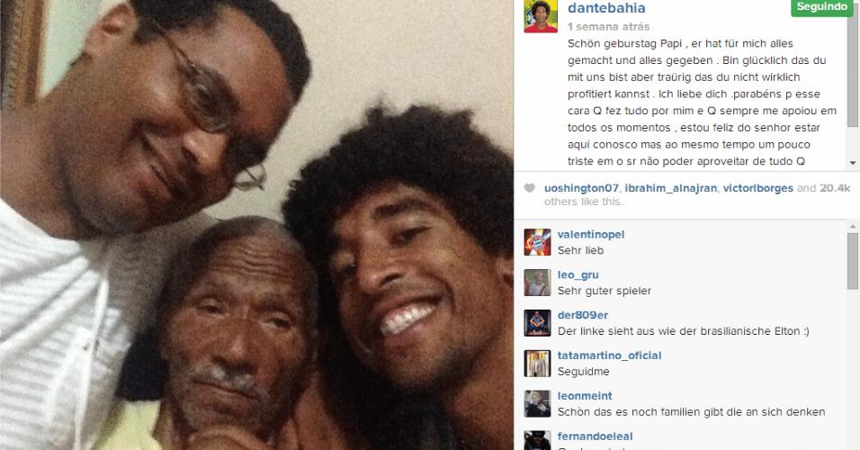23.jun.2014 - O zagueiro Dante postou uma foto ao lado do avô e disse estar feliz por ele estar vendo seu sucesso na seleção