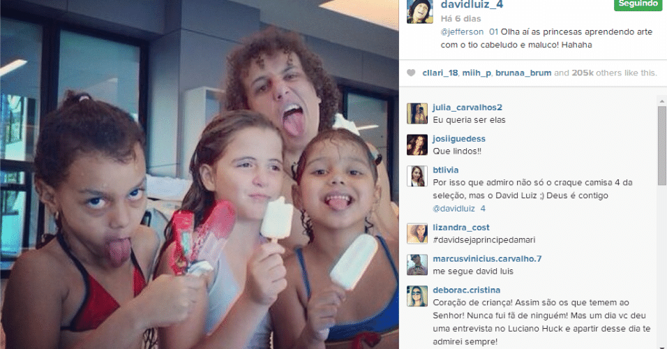 24.jun.2014 - David Luiz posa para foto com as filhas do goleiro Jefferson