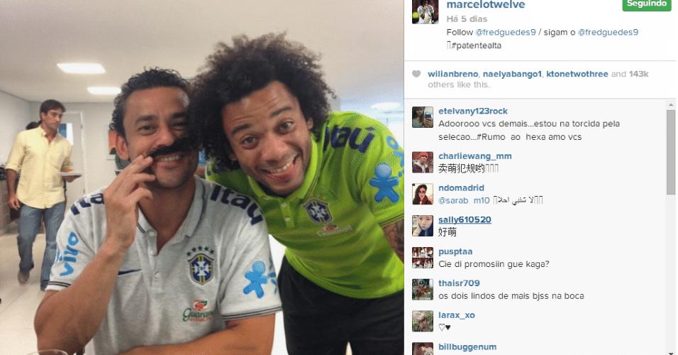 25.jun.2014 - Marcelo aproveitou a vasta cabeleira para colocar uma das madeixas no lugar do bigode de Fred