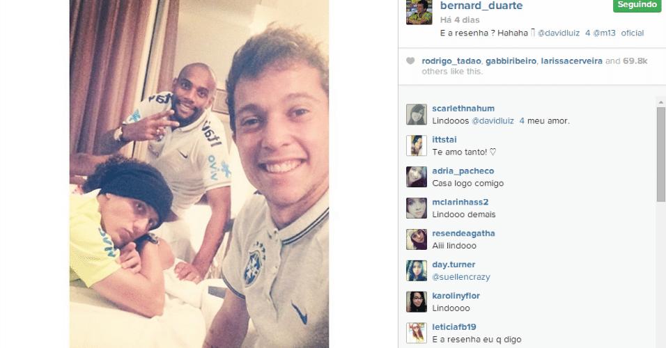 26.jun.2014 - Bernard tirou uma foto no quarto da concentração brasileira com David Luiz e Maicon