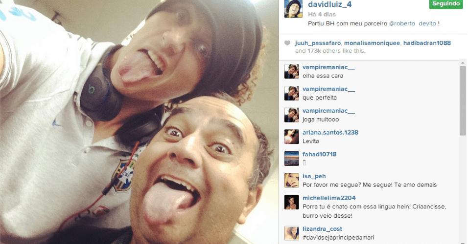 26.jun.2014 - David Luiz gosta de tirar fotos em seu Instagram mostrando a língua, como nessa antes do embarque para Belo Horizonte