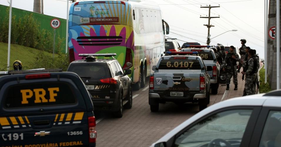 29.06.2014 - Mais de uma dezena de viaturas da Polícia Federal fizeram a escolta da seleção dos Estados Unidos na chegada a Salvador