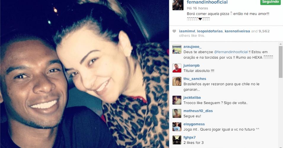 29.jun.2014 - Fernandinho postou foto com sua mulher a caminho de uma pizzaria