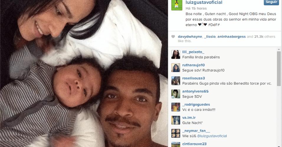 29.jun.2014 - Luiz Gustavo aproveitou o dia de folga com a esposa e o filho