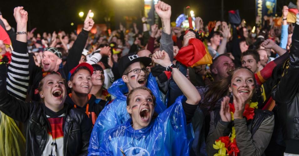 30.jun.2014 - Alemães vibram em Berlim com gol sobre a Argélia durante prorrogação das oitavas de final da Copa do Mundo