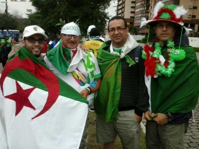 """30.jun.2014 - Argelinos não têm medo do frio e vão ao Beira-Rio de bermuda. """"Vamos pular e não sentiremos o frio"""", explicou um à reportagem do UOL Esporte"""