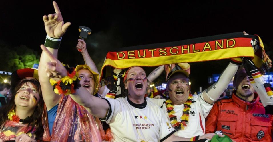 30.jun.2014 - Em Berlim, alemães comemoram classificação suada para as quartas de final da Copa do Mundo