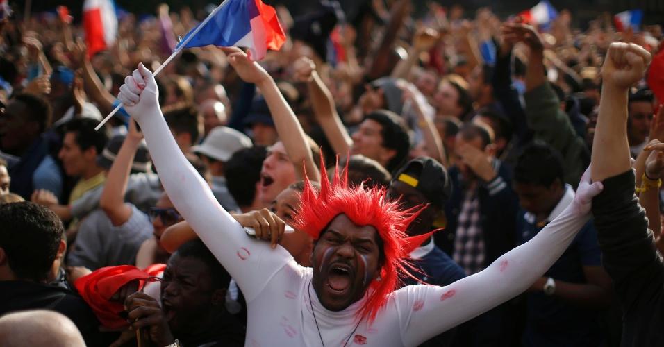 30.jun.2014 - Em Paris, torcedor fantasiado e cheio de beijocas vibra com classificação às quartas de final da Copa