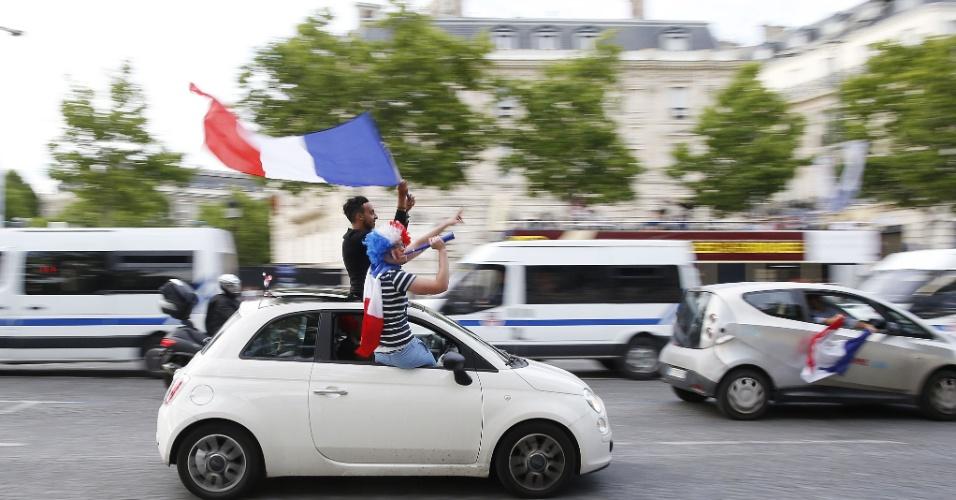 30.jun.2014 - Franceses fazem festa na famosa avenida Champs-Élysées, em Paris, após vitória sobre a Nigéria