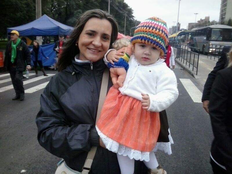 30.jun.2014 - Jovem torcedora capricha no agasalhos, mas sem perder o estilo, para fugir do frio no Beira-Rio