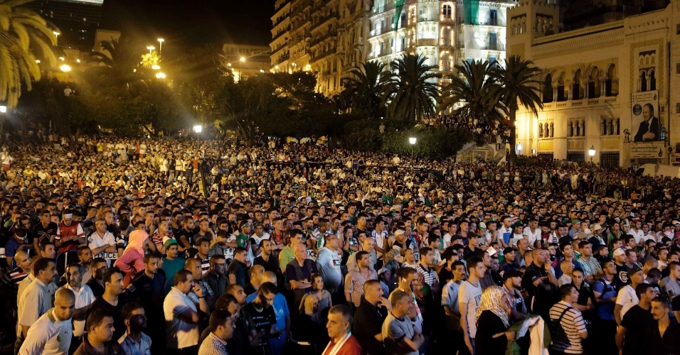 30.jun.2014 - Na capital Argel, milhares de argelinos assistem ao jogo contra a Alemanha pelas oitavas de final da Copa do Mundo