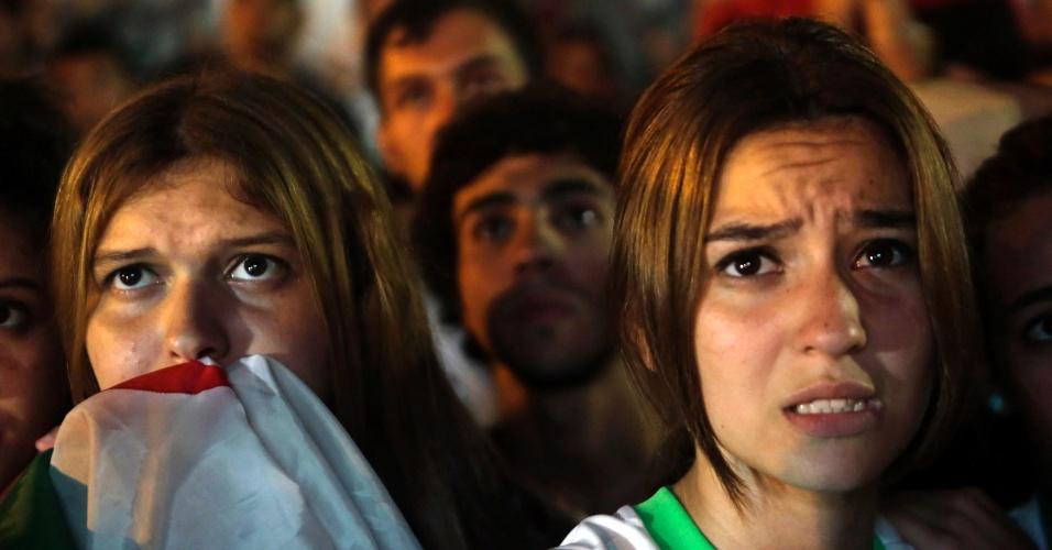 30.jun.2014 - Na capital Argel, torcedoras argelinas sofrem durante prorrogação contra a Alemanha