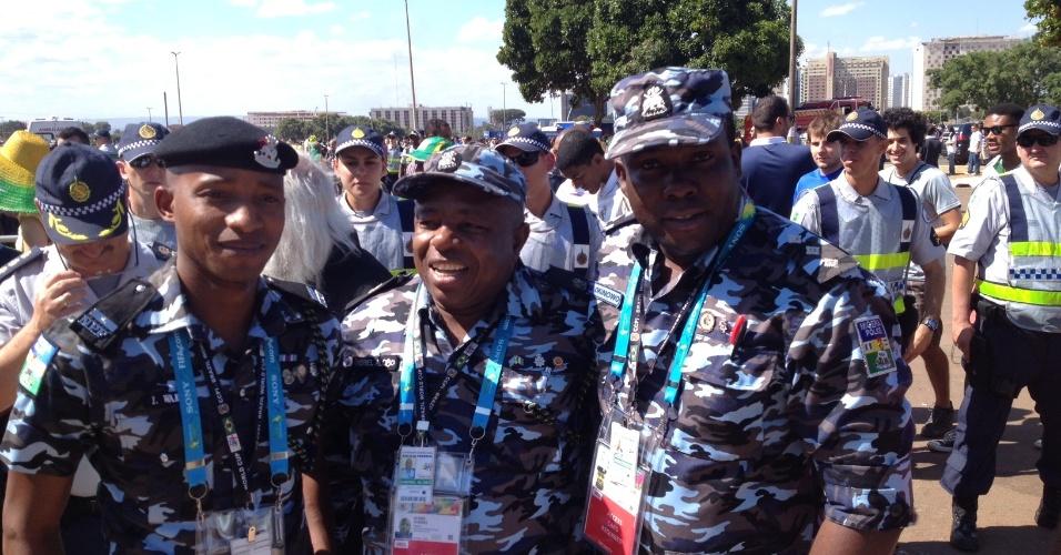 30.jun.2014 - Policiais da Nigéria acompanharam torcedores do país dentro e fora do estádio durante o jogo contra a França: europeus ganharam por dois a zero e pegam a Alemanha nas quartas