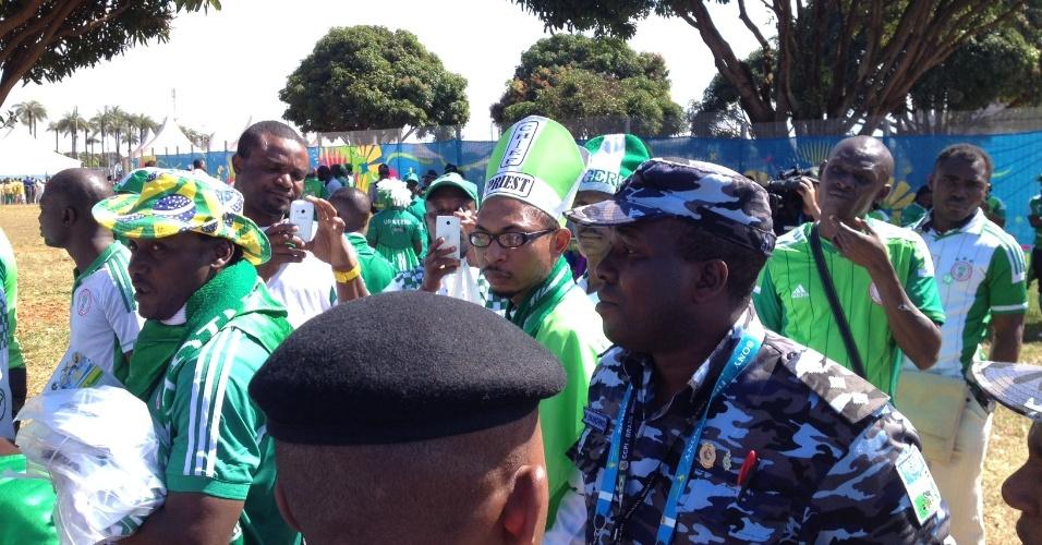 30.jun.2014 - Policiais nigerianos do Centro de Cooperação Policial Internacional, da Copa, ajudam a resolver confusão com torcedores de seu país na entrada do estádio Mané Garrincha, em Brasília