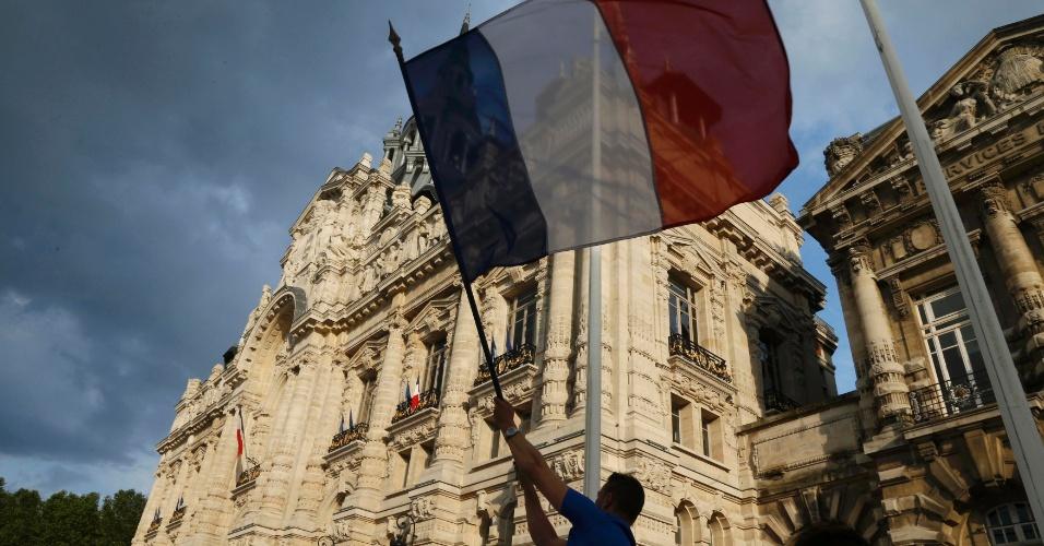 30.jun.2014 - Torcedor agita bandeira da França na pequena cidade de Roubaix após classificação para as quartas de final da Copa do Mundo