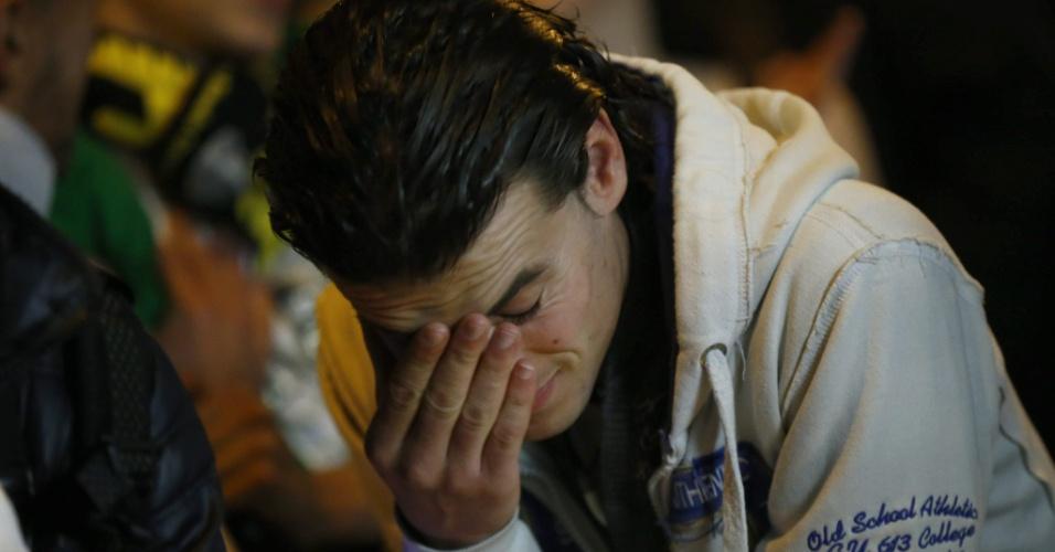 30.jun.2014 - Torcedor argelino lamenta em Paris a derrota para a Alemanha nas oitavas de final da Copa do Mundo