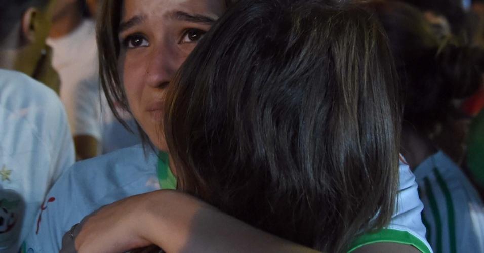 30.jun.2014 - Torcedoras argelinas choram após eliminação da Copa do Mundo para a Alemanha
