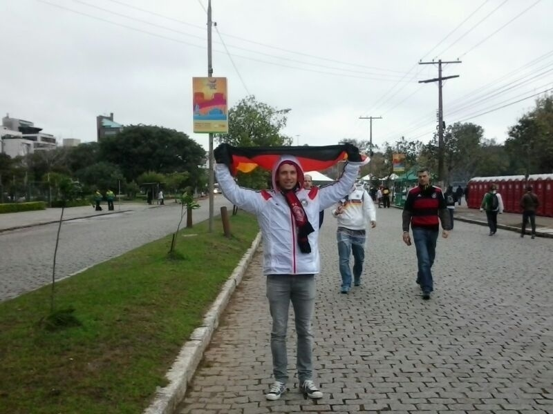 30.jun.2014 - Torcedores alemães também foram cedo ao Beira-Rio para o jogo contra a Argélia. Apesar do tempo ruim, começaram a chegar ao estádio às 11h