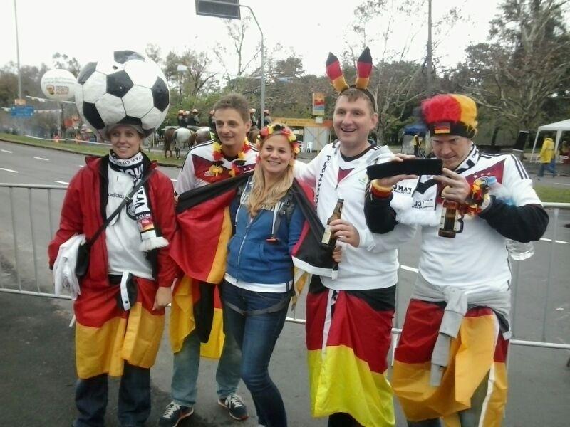 30.jun.2014 - Torcedores da Alemanha capricham na fantasia para ver o jogo contra a Argélia em Porto Alegre