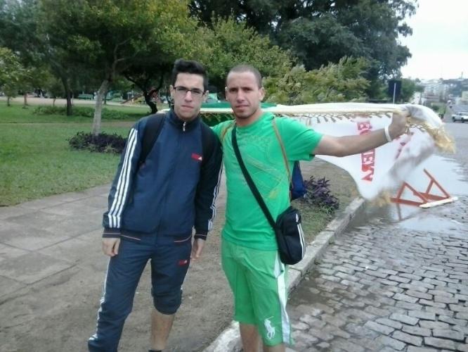 30.jun.2014 - Torcedores argelinos chegam cedo ao Beira-Rio para o jogo contra a Alemanha. Apesar do tempo ruim, torcedores começaram a chegar ao estádio às 11h