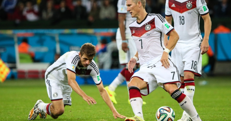 30.jun.2014 - A maior jogada ensaiada da Copa. Alemão Müller foi tentar enganar a barreira da Argélia, mas tropeçou e atrapalhou a sequência do lance no Beira-Rio