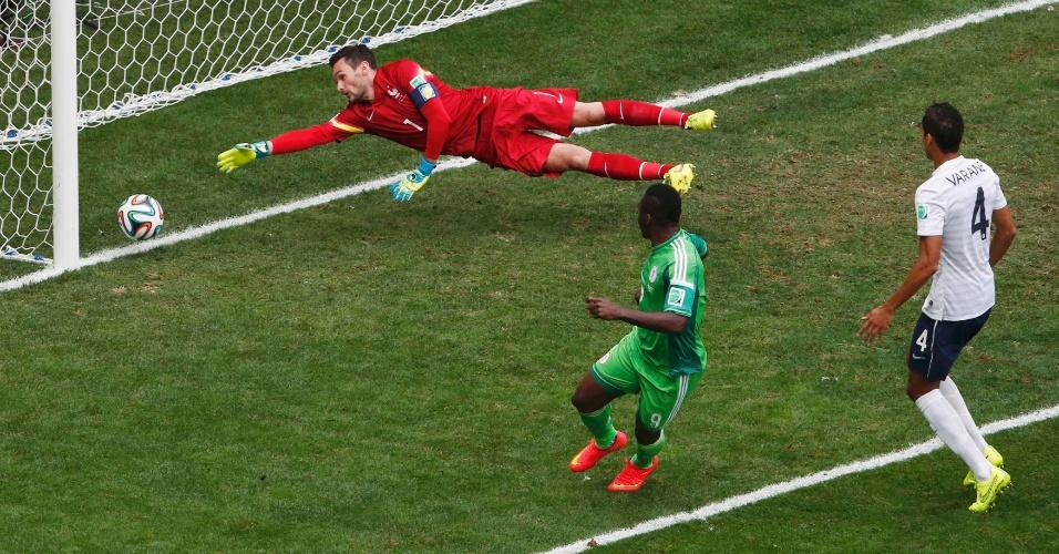 30.jun.2014 - A Nigéria marcou primeiro no Mané Garrincha, mas o árbitro anulou o gol de Emenike, contra a França