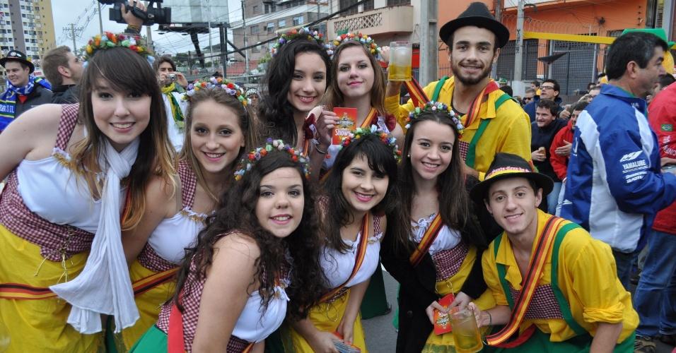 30.jun.2014 - Alemães fazem festa antes do jogo contra a Argélia, nos arredores do Beira-Rio