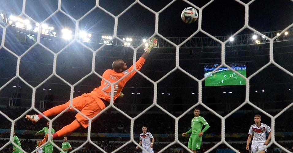 30.jun.2014 - Alemanha quase marca o primeiro contra a Argélia, pelas oitavas de final da Copa, no Beira-Rio