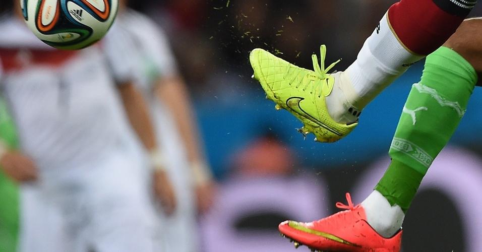 30.jun.2014 - Alemão Jerome Boateng (meia branca) e argelino Soudani entram sem medo em dividida pela bola no Beira-Rio