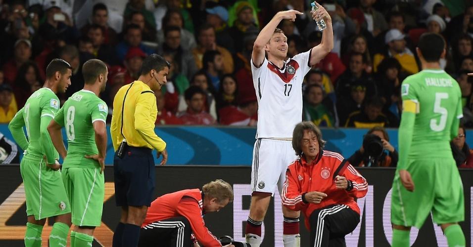 30.jun.2014 - Alemão Mustafi sente lesão e fica caído no gramado, enquanto Mertesacker pede sua substituição contra a Argélia