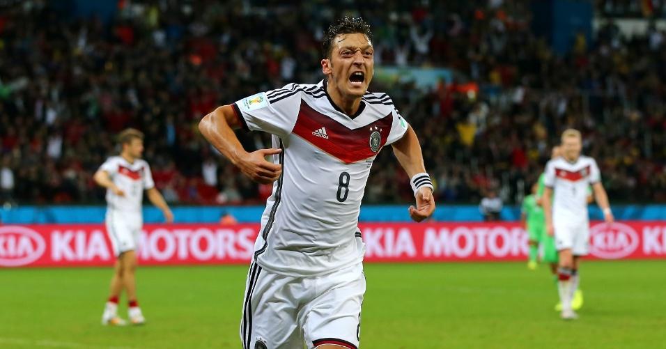 30.jun.2014 - Alemão Özil comemora o segundo gol da Alemanha na prorrogação contra a Argélia. A vitória por 2 a 1 colocou os alemães nas quartas de final da Copa, contra a França