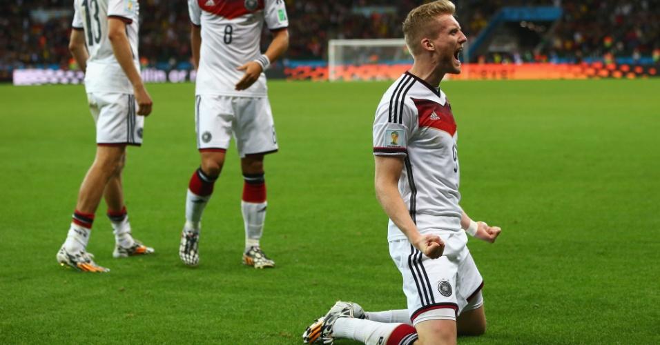 30.jun.2014 - Alemão Schürrle desliza pelo gramado para comemorar o gol marcado contra a Argélia, no primeiro tempo da prorrogação