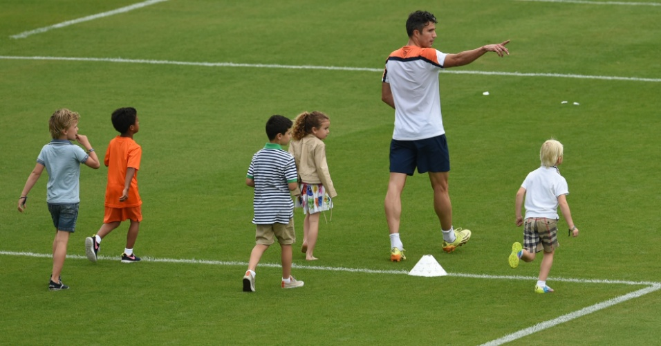Ao lado de sua filha Dina e de outras crianças, Robin van Persie caminha durante treino da Holanda no Rio de Janeiro