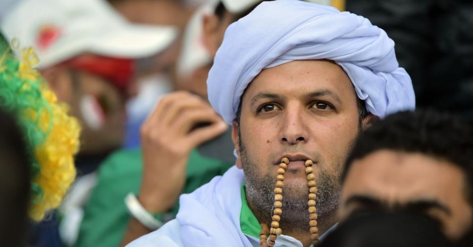 30.jun.2014 - Apreensivo, torcedor da Argélia aguarda o início da partida contra a Alemanha, no Beira-Rio