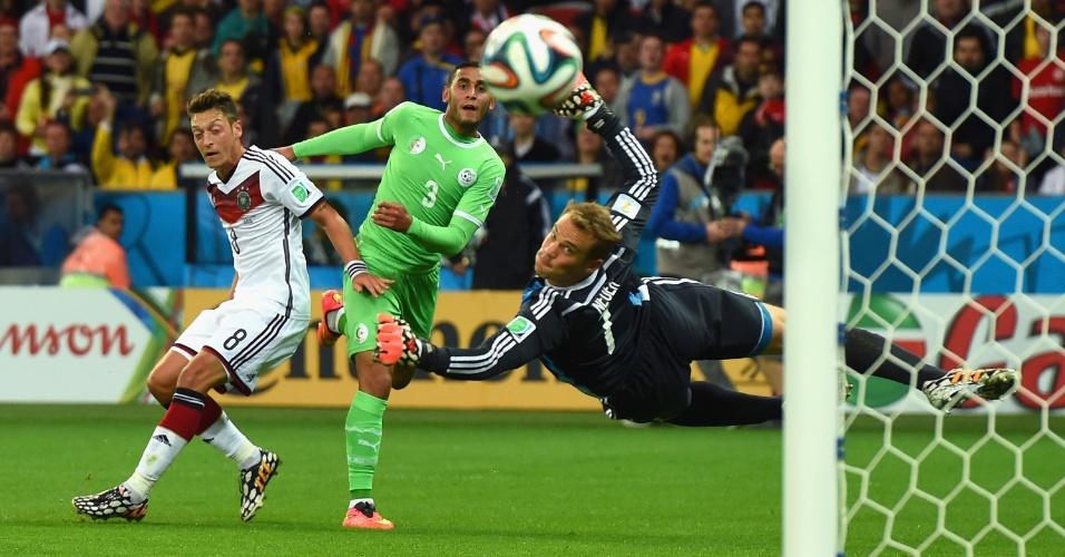 30.jun.2014 - Argelino Faouzi Ghoulam finaliza e leva muito perigo ao gol do alemão Neuer no Beira-Rio