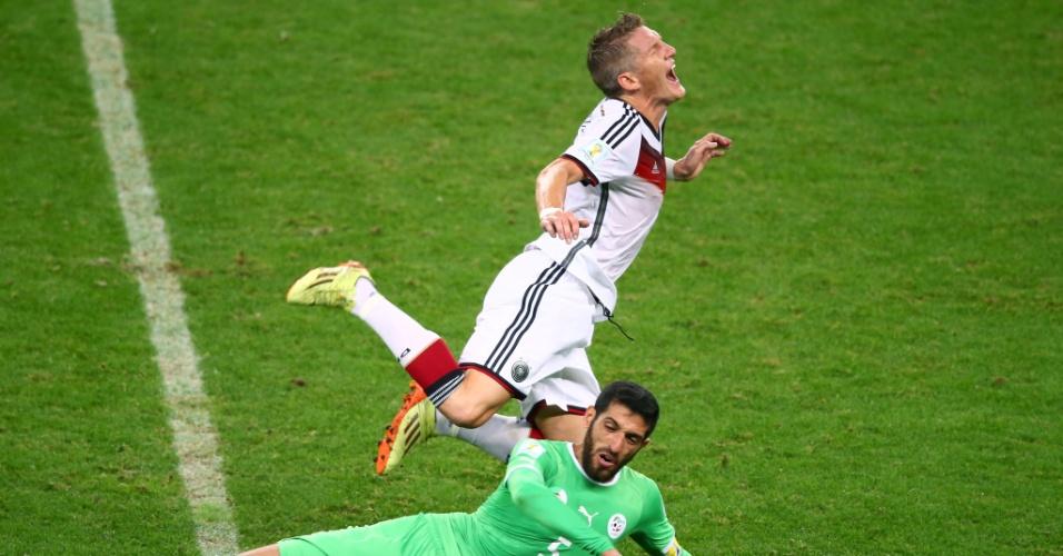 30.jun.2014 - Argelino Rafik Halliche comete falta dura no alemão Schweinsteiger, durante o jogo no Beira-Rio